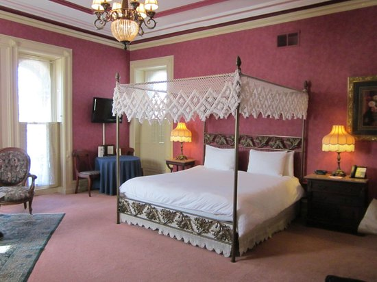 Batcheller Mansion Inn: Very comfortable king bed