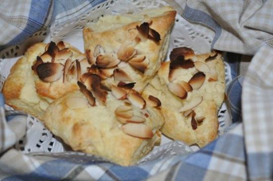 Binners' Bed and Breakfast: Scones with a treat