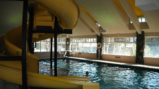 Canmore, Canada: Kids Love The Pool and Waterslide