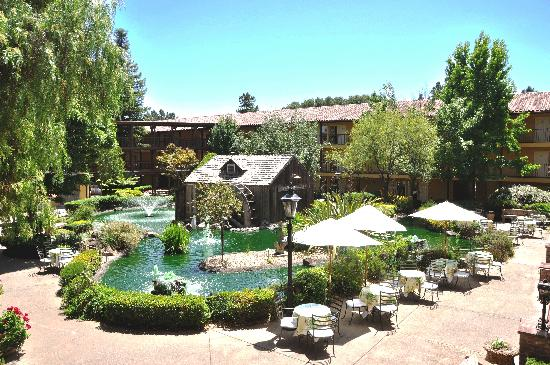 Embassy Suites Hotel Napa Valley: Courtyard Millpond
