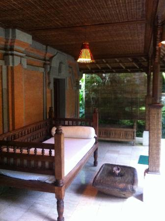 Sunny Blow Villa Jepun: Verandah outside room with daybed and table