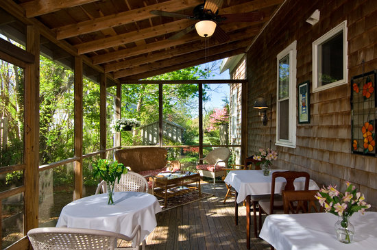 One Centre Street Inn: Breakfast on the Screen Porch