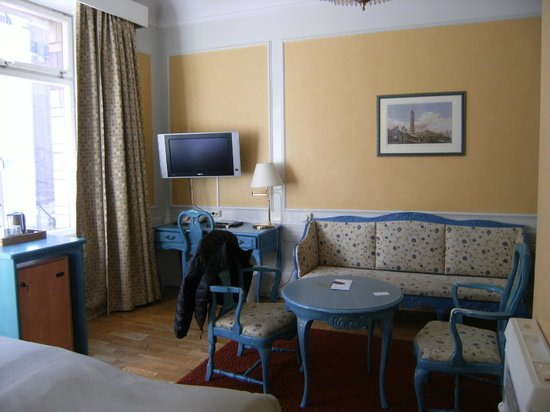 Crystal Plaza Hotel : plenty of sitting room