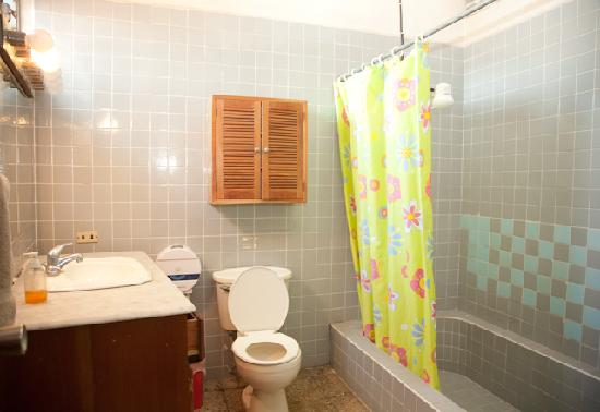 Managua Backpackers Inn: Shared Bathroom