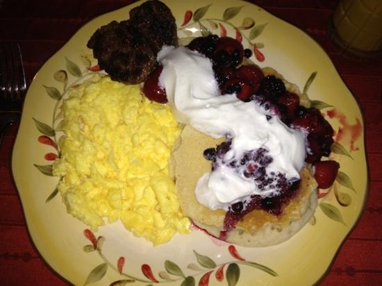 Whispering Oaks Bed & Breakfast: yummy pancakes, eggs and sausage!