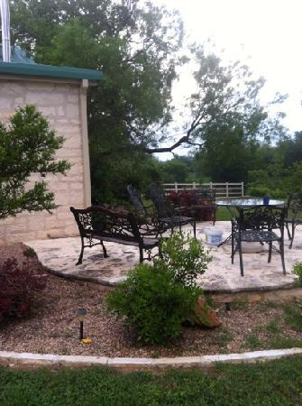 Bella Vista Bed and Breakfast on Lake Travis: private patio for Cowboy Cottage