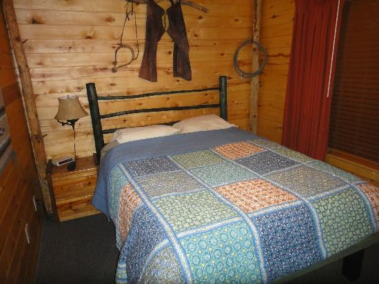 Fireside Inn Cabins : Bedroom