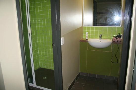 Gilligans Backpackers Hotel & Resort: Ensuite bathroom
