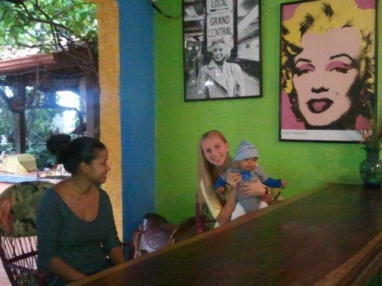 Orquideas Inn: My daughter with Liseth and Lucas at the Marilyn Monroe Bar