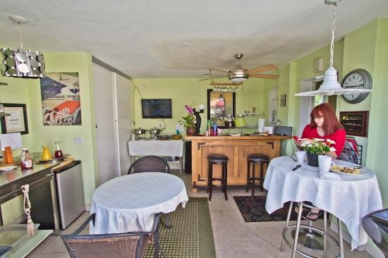 POSH Palm Springs Inn : Breakfast/Martini Bar &quot;nook.&quot; 