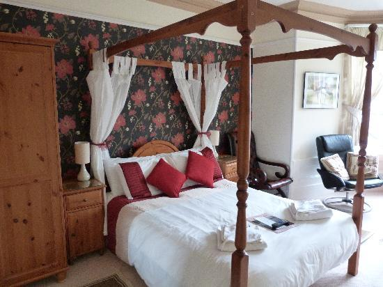 Elim House: Four Poster en-suite room