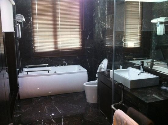The BCC Hotel &amp; Residence: Great bathroom