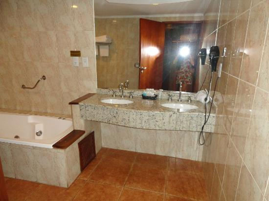Ba o con jacuzzi y ducha picture of hotel saint george for Banos con jacuzzi