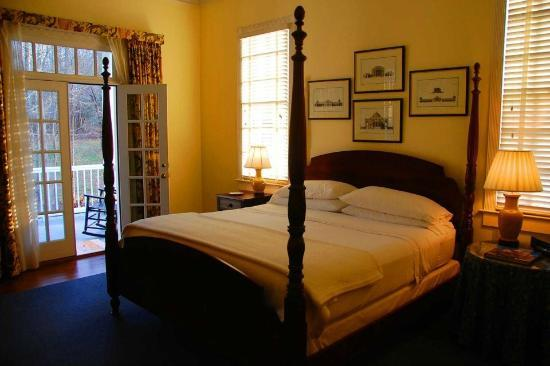 Kilburnie, the Inn at Craig Farm: Doors open to nice back veranda.