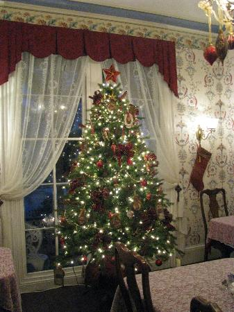 The Mason Cottage Bed &amp; Breakfast Inn: Decorated fro Christmas