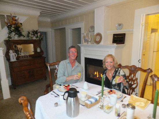 Ambrose Bierce House: Champagne breakfast in front of the fire - outstanding!