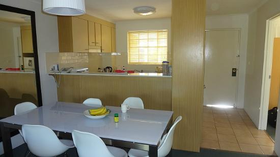 Medina Serviced Apartments Canberra: Dining area looking towards the kitchen