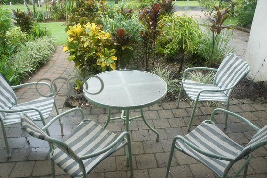 Port Douglas Beachfront Terrace: patio furniture.....nice.