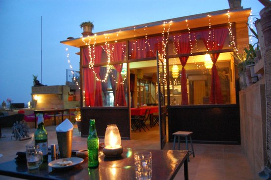 Hotel Shahi Palace: roof terrace in the evening