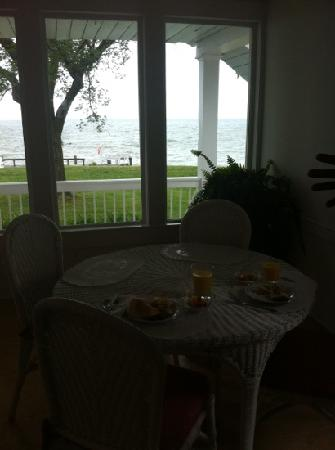 Wades Point Inn on the Bay: Wonderful view from the breakfast sun room