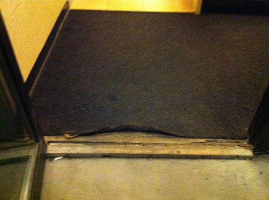Sheraton Burlington Hotel and Conference Center: Entryway door carpet tripp hazard