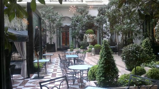 Cour int rieure du four seasons a paris picture of four for Hotel george v jardins