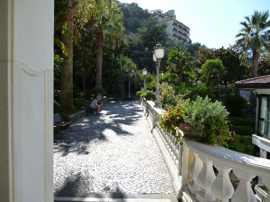 Grand Hotel Parco Del Sole: Path way up from the street up to the main reception
