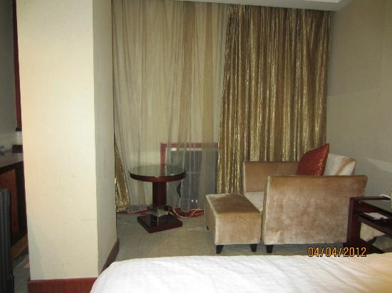 Weisiting Hotel: Small room with very large pole