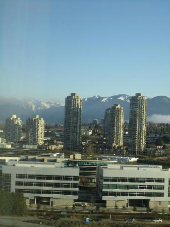 Delta Burnaby Hotel and Conference Centre: Love the snow caps on the mountains.