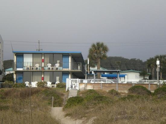 Beachside Motel: Motel from the beach path