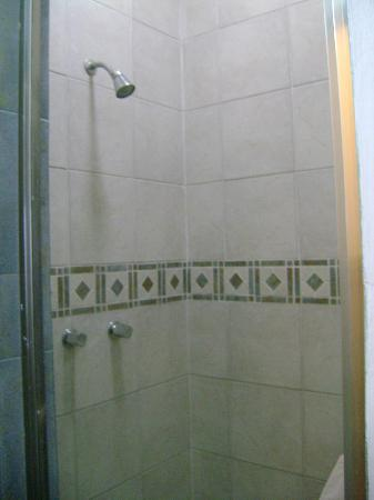 D'Angelos Hotel: Shower very large