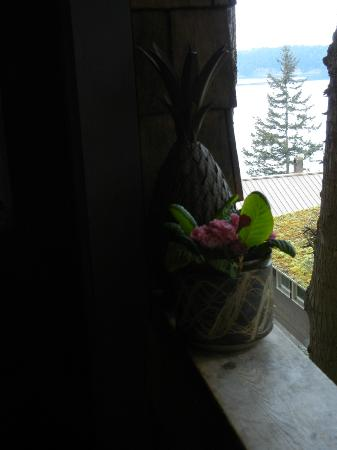 Skagit Bay Hideaway: Welcoming Primroses and Pineapple at the Door