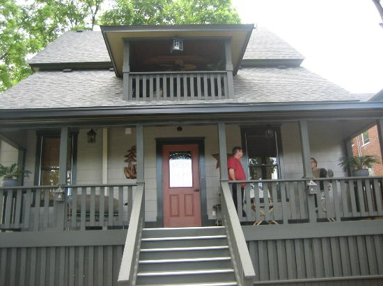Black Lantern Inn: Porch/Deck