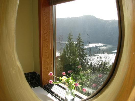 Malahat, Kanada: View from mirror over tub in window
