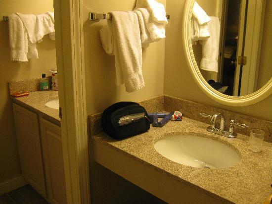 Country Inn at Jiminy Peak: double sinks