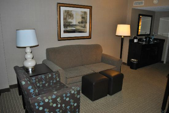 Embassy Suites Raleigh - Crabtree: Sofa &amp; Ottomans