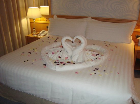 Constantinou Bros Asimina Suites Hotel: Petals on bed