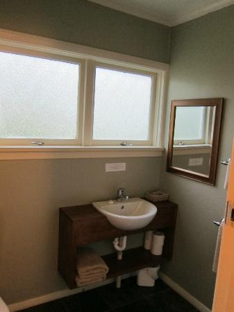 Manor Motel: Bathroom