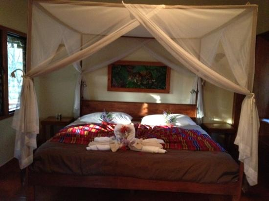 Mariposa Jungle Lodge: Comfy bed!