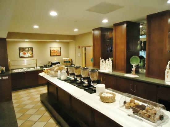 La Quinta Inn &amp; Suites Chicago North Shore: Breakfast buffet