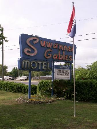 Suwannee Gables Motel and Marina: Beautiful classic sign