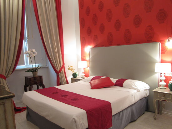 66 Imperial Inn: Bright and lovely double room red and gray colored