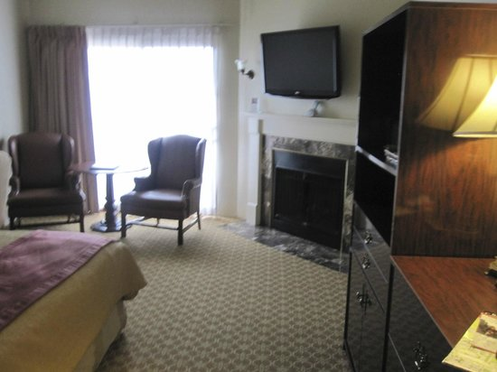 ‪‪BEST WESTERN PLUS Victorian Inn‬: TV and Fireplace‬