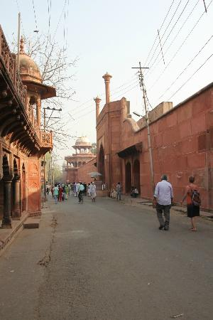 Hotel Sidhartha: walking down to the entrance of Taj