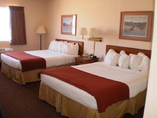 Legacy Inn & Suites: 2 queen beds