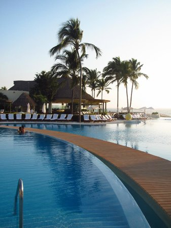 Grand Velas Riviera Nayarit: Boardwalk between the pools