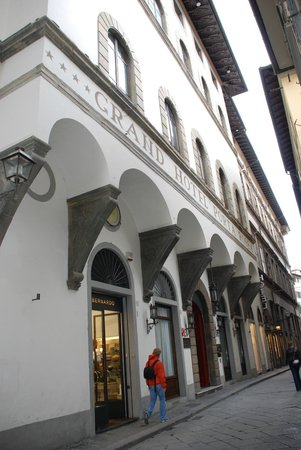 NH Collection Firenze Porta Rossa: Outside of hotel