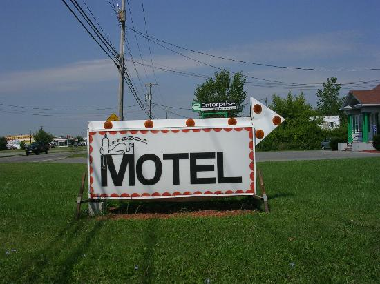Clark's Motel: The sign