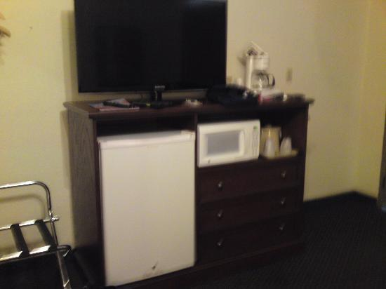 Bowen Motel: Microwave and frig in room