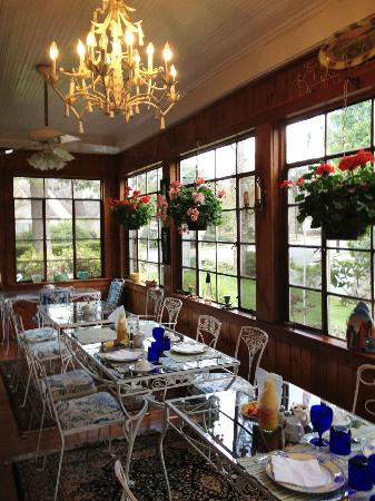The Inn at Brevard: Breakfast porch